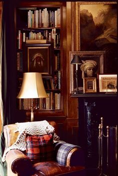 Stunning Home Library Ideas for Your Home. The love of reading is great, home library are awesome. However, the scattered books make the feeling less comfortable and the house a mess. Style At Home, Home Interior Design, Interior And Exterior, Interior Designing, Interior Doors, Br House, English Country Style, English Style Fashion, Home Libraries