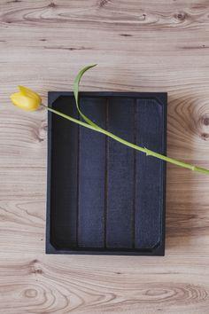 Vista superior da caixa preta com tulipa amarela Foto gratuita
