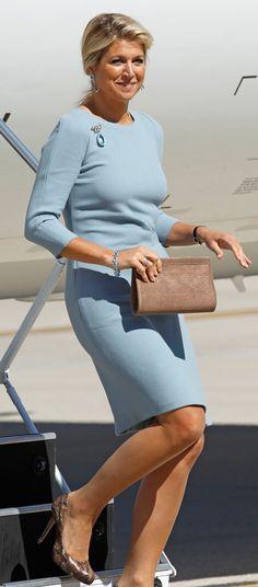 Mooie pose van Maxima. Jammer dat de kleur van haar jurk te zacht is. Haar persoon komt daardoor teveel op de achtergrond in het gezelschap,.