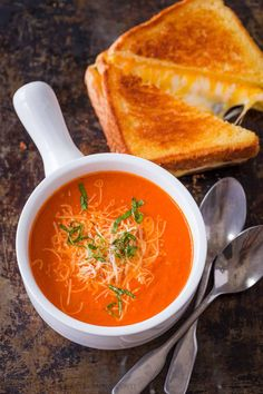 Homemade Creamy Tomato Soup is an easy 30-minute recipe. Tomato basil soup has a rich flavor profile and is balanced with cream and parmesan. Creamy Potato Soup, Sweet Potato Soup, Creamy Tomato Basil Soup, Tomato Soup Grilled Cheese, Easy Tomato Soup Recipe, Vegetarian Soup, 30 Minute Meals, Chili Recipes, Soup And Salad