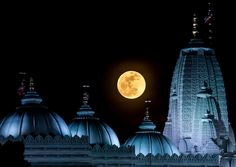 Moonrise over the B.S Shri Swaminarayan Hindu Temple, Atlanta, Georgia. Moon Phase Jewelry, Indian Temple Architecture, Moon Photos, Hindu Temple, Super Moon, Beautiful Moon, Filming Locations, Incredible India, Amazing