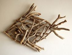 Driftwood – creative and easy DIY ideas to decorate your home Driftwood – 40 creative and easy DIY ideas to decorate your home It's amazing how many great things you can do with driftwood. It has a special image since it is basically an old and di… Diy Driftwood Furniture, Driftwood Projects, Diy Projects, Driftwood Ideas, Driftwood Fish, Driftwood Sculpture, Wooden Decor, Wooden Diy, Stick Art