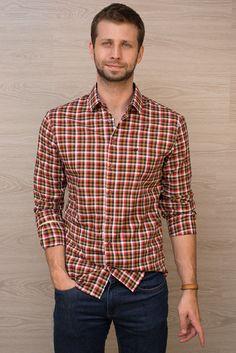 Camisa xadrez vermelho e mostarda. Disponível em contofigueira.com.br