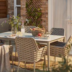 Pour profiter de son extérieur, on l'aménage en créant un espace repas. Idée déco : on dépareille la table et les chaises pour plus de cachet.  #castorama #inspiration #decoration #ideedeco #tendancedeco #jardin #exterieur #amenagement #salondejardin #tapis #plantes #vegetal #fauteuil #terrasse