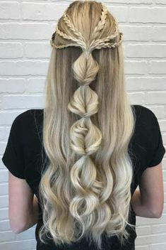 25+ Pretty Long Hairstyles To Love This Summer For All Hair Types whether curly, wavy, or straight hair | Looking for braids hairstyles, twisted ponytails, messy buns, side braids hairstyle, half updo Hairstyles to wear for school or while going out or offices? Here are my favorite long hairstyles for stunning long hair for women and teens whether brunettes or having blonde hair. #longhairstyles #longhair #hairstyles Graduation Hairstyles With Cap, Prom Hairstyles For Short Hair, Latest Hairstyles, Down Hairstyles, Braided Hairstyles, Diy Braids, Fishtail Braids, Long Braids, Half Up Half Down Hair Prom