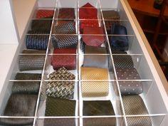 Detalhe da gaveta reservada para guardar gravatas em um closet projetado pela arquiteta Beatriz Dutra. Para evitar a bagunça, Beatriz optou por uma divisão de acrílico, criando casulos dentro da gaveta