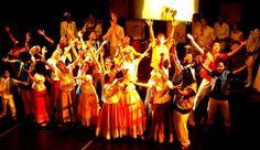 A  Companhia Folclórica da universidade, formada por alunos do Instituto de Educação Física, se apresenta com danças típicas de vários cantos do Brasi