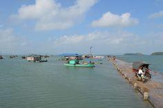 In een haventje op het puntje van een eiland in de Bai Tu Long Bay worden we afgezet in een tuk-tuk om weer op de boot te gaan. http://www.pimenjiska.nl/fotos-van-halong-bay