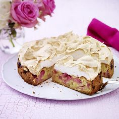Rhabarberkuchen mit Baiser - kein Kuchen verbindet eine süße und saure Komponente besser. Mit unserem Rezept kannst du den köstlichen Baiserkuchen mit Baiser selber machen. Auch optisch macht der Kuchen eine gute Figur.