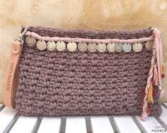 Aprende a tejer un Clutch de trapillo con solapa. Crochet Clutch Bags, Diy Clutch, Crochet Purses, Clutch Purse, Coin Purse, Cute Crochet, Knit Crochet, Crochet Keychain, Diy Handbag