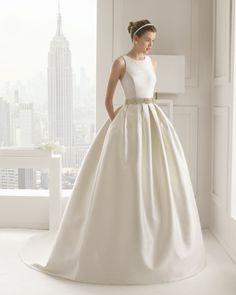 Vestido de seda rústica, en color marfil. Vestido de mikado, en color natural. B46 Broche flor pedrería opcional 1ud., en color plata.