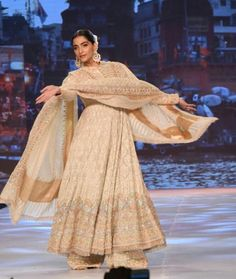 Indian Fashion Dresses, India Fashion, Indian Look, Indian Wear, Pakistani Outfits, Indian Outfits, Sabyasachi, Saree, Groom And Groomsmen Outfits