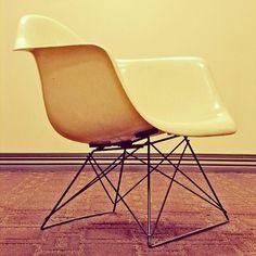 """A construção da """"Cadeira Shell"""" de Charles e Ray Eames em 12 GIFs, via Herman Miller"""