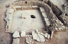 Nevali Çori: Fue un asentamiento del Neolítico precerámico B situado en el curso medio del río Éufrates en la provincia de Sanliurfa, en el este de Turquía. El yacimiento arqueológico ha revelado algunos de los templos y esculturas monumentales más antiguos que se conocen. Junto a Göbekli Tepe ha revolucionado la comprensión del Neolítico eurasiático.