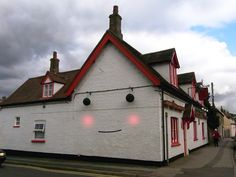 Happy house - This is actually the crown pub in littleport. such a happy house! Will have to find it and pay a visit Adorable Petite Fille, Things With Faces, Real Estate Humor, Strange Places, Happy House, Public Art, Funny Faces, Funny Pictures, Face Pictures