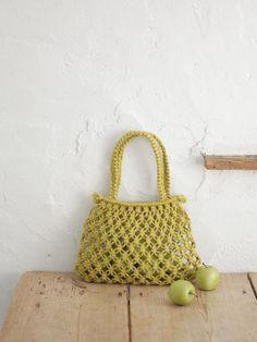 「七宝結びの麻ひもバッグ」は、色を変えるだけで雰囲気もガラリと変わります。オリーブをグリーンを使うと、モダンな印象に。/マクラメの麻バッグ(「はんど&はあと」2013年8月号)