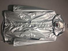 Ein fantastischer Regenmantel in Silber Metallic Look von NORMANN. Der Regenmantel hat alle Eigenschaften einer Outdoor Jacke. Er ist wasserdicht, winddicht, atmungsaktiv. In der Taille sowie am unteren Abschnitt kann er entsprechend Eurer Vorstellung mit einer Regulierung innen zusammen genommen oder geweitet werden. Metallic Look, Ladies Raincoats, Fiction, Spring Summer, Silver