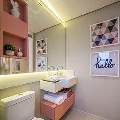 """Meu novo Apê  no Instagram: """"Inspiração para banheiros pequenos. Destaque para os nichos embutidos em laca fosca rosa chá e os objetos de decoração que deixaram o local…"""""""
