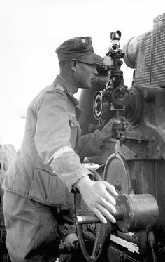 A German soldier operating a 17cm K 18 heavy artillery gun in Tunisia (January-February 1943). These howitzers were built by Krupp and Hannoversche Maschinenbau. In the field, they inflicted great damage, but they also had the disadvantage of requiring a long period of time to break down for transport. During the latter part of the war, many K 18 crews sabotaged their own guns in the face of advancing Allied forces to prevent capture.
