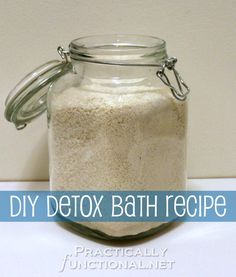 DIY Detox Bath Recipe: This simple recipe calls for ingredients you probably already have in your pantry! DIY Detox Bath Recipe: This s Detox Bad, Detox Bath Recipe, Easy Detox, Simple Detox, Bath Recipes, Tips & Tricks, Diy Spa, Tips Belleza, Homemade Beauty Products