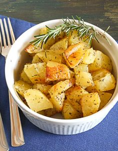 Roasted Potatoes with Rosemary 24 Insanely Delicious Thanksgiving Side Dishes On The Lighter Side Easy Potato Recipes, Side Dish Recipes, Vegetable Side Dishes, Vegetable Recipes, Vegetable Quiche, Gnocchi, Rosemary Roasted Potatoes, Baked Potatoes, Rosemary Recipes