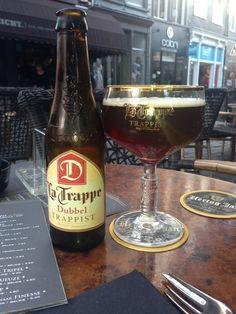La Trappe Dubbel, a dark Trappist beer Best Pubs, Pub Food, Food Combining, French Wine, Beer Recipes, Best Beer, Craft Beer, Beer Bottle, Runway