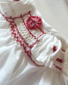 お袖には小さなトリの刺繍をしました。身頃はスモッキング刺繍にリボンを花にしてつけたり...❤️♪ #blythe#blytheoutfit#dollclothe#blythedoll#dollphoto#dollInstagram#dollphotography#ドール#アウトフィット#harusya#ブライス#手作り