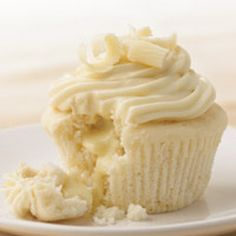If you're thinking about having cupcakes instead of the traditional wedding cake. Try White Chocolate Cupcakes! (They have a white chocolate Lindt Lindor Truffle in the middle! Chocolate Lindt, White Chocolate Truffles, Chocolate Cupcakes, Lindt Lindor, White Chocolate Cake, Vanilla Cupcakes, Chocolate Brownies, Chocolate Covered, Mocha Cupcakes