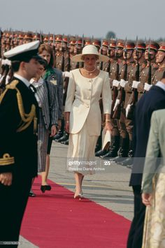 News Photo : Diana, Princess of Wales arrives at Ferihegy... Diana Spencer, Lady Diana, Queen Victoria Descendants, Cream Suit, Cream Outfits, Princess Diana Pictures, Princes Diana, Princess Of Wales, Queen Of Hearts