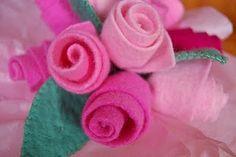 Lindas as Rosas de Feltro e muito fácil de fazer.  Essas rosas além de bonitas,servem para decorar bolsas,acessórios,móbiles,sapatinhos ...