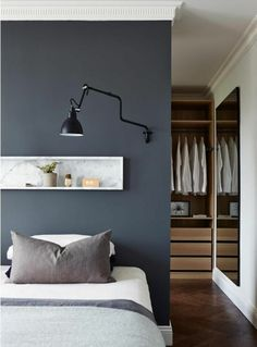 The wall decoration- how to store and decorate with it The wall niche is fashionable. With it you have several variants to decorate, store and create special places on your walls. It can be used as a decor. Modern Master Bedroom, Modern Bedroom Design, Master Bedroom Design, Master Suite, Bedroom Designs, Bedroom Ideas, Closet Behind Bed, Apartment Chic, Apartment Ideas