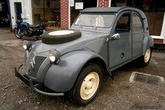 Le 7 Mars 1958, Citroën convoque les journalistes automobile dans la mer de sable d'Ermenoville, non loin de Paris. La raison, la présentation d'un nouveau véhicule, la 2CV Sahara. Voiture d'ingénieurs, la 2CV sahara a été conçut dans l'optique de remplacer...