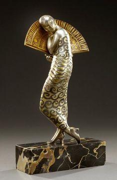 ALEXANDRE KELETY (1874-1940) «Danseuse à l'éventail» Sculpture en bronze à patine dorée et argentée et marron chocolat. Elle repose sur une base quadrangulaire en marbre Portor. Signée sur la terrasse… - Aguttes - 11/06/2014