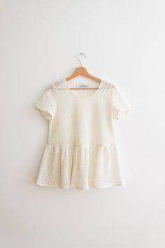 Blouse taille froncée forme trapèze, épaules ajustées puis la blouse part en s'évasant jusqu'à la taille.MANCHES COURTES UNIQUEMENT.Longueur de la blouse: environ 63cmTissu: polyester/nylonLavable à la mainHésitation pour la taille