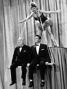 Lucy Ball met rechts echtgenoot Desi Arnaz en links William Frawley.  Hoe verzin je het?!!!
