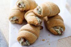 Des bouchées chaudes faites d'une pâte à croissants farcie de fromage à la crème, de bacon et de parmesan. Ces hors-d'œuvre s'envoleront comme des petits pains chauds!