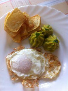 Huevo frito, pure de ensaladilla y patatas doradas.