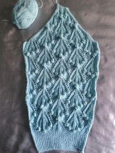 Пчёлки-рукодельницы, кто ожидает этот свитер, первый рукав-реглан готов 👍. Только из под спиц, без ВТО 😃. Осталось связать второй в зеркальном отражении и перед. Короче, половину модели. И ее нужно записать. Если не получится, то поделюсь только описанием. Но буду стараться заснять хотя бы важные моменты Diy Crafts Knitting, Diy Crochet And Knitting, Lace Knitting, Knitting Stitches, Crochet Clothes, Crochet Lace, Crochet Jumper, Crochet Cardigan Pattern, Crochet Patterns
