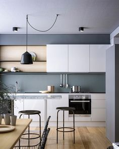 // Monday KITCHEN Inspiration @openjournal_neometro @blackhaus_studio :) Team DS. X #designstuff #kitchen #kitchendesign #kitcheninspiration #kitcheninspo #australianinteriors #neometro #cocoflip #interiordesign #interiorinspiration #melbourne #grey #whitecabinetry #blackpendantlight
