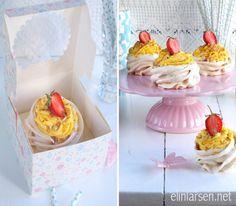 Minipavlova med lemonfrosting, jordbær og korkanstrøssel | Elin LarsenElin Larsen