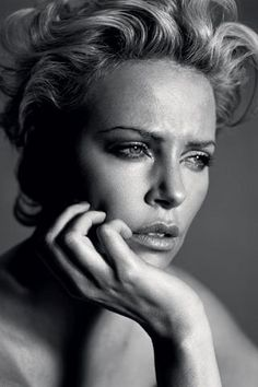 Charlize Theron Charlize Theron, Black And White Portraits, Black White Photos, Face Photography, Peter Lindbergh, Shooting Photo, Iconic Women, Female Portrait, Hollywood