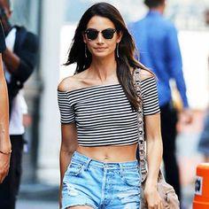 Look da modelo Lily Aldridge com top cropped listrado e short jeans.