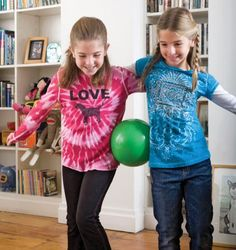 Andar com uma bola ou balão entre 2. Eles hão-de perceber que se se unirem como estas meninas é + fácil! http://www.parenting.com/gallery/18-fun-active-indoor-activities?pnid=108121 Hip Waddle... Beach Ball or Balloon between two people, walk across room, if drops, start over.  Can do as relay race or just to pass the time.
