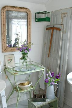 We have this wash stand. Nice use for display Shabby Chic Cabin, Shabby Cottage, Vintage Shabby Chic, Cottage Style, Vintage Decor, Vintage Tub, Vintage Vanity, Antique Wash Stand, Vintage Enamelware