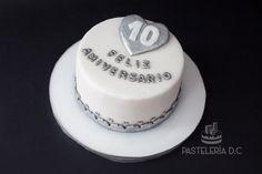 Torta sencilla para celebrar un aniversario (bodas de estaño o aluminio) / Simple 10th wedding anniversary cake.