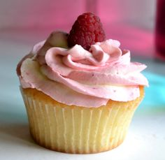 Meine allerliebsten Cupcakes mit einer Füllung aus Vanillecreme und wunderbarem Himbeer-Frischkäse-Frosting