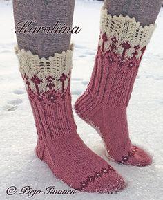 Karoliina sukissa yhdistetään pitsineule ja kirjoneule toisiinsa. Sukissa on nyppyreunus joka