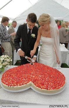 Zobacz zdjęcie Tort weselny w kształcie serca z truskawkami w pełnej rozdzielczości