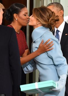 Michelle Obama showing class as she welcomes Melania Trump, the current First Lady on Jan. Presidents Wives, Black Presidents, American Presidents, Barack Obama Family, Malia Obama, Barak And Michelle Obama, Presidente Obama, First Black President, First Lady Melania