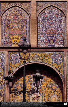 Arte #islámico  Azulejos y mosaicos #islámicos (Kashi Kari) realizados en paredes techos cúpulas minaretes de las #mezquitas.   Descarga la imagen en alta resolución: http://ift.tt/2fmgyB4  #IslamOriente